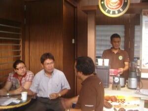 usaha warung kopi ramai pengunjung