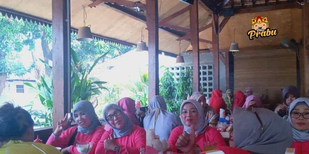 Bakso Prabu tempat makan bakso favorit ibu-ibu pengajian.